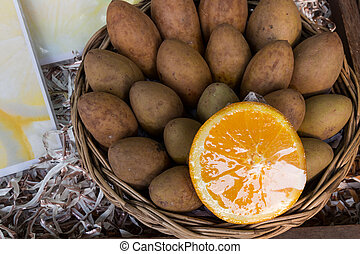 Sapodilla, ameixa, e, laranja, em, cesta,