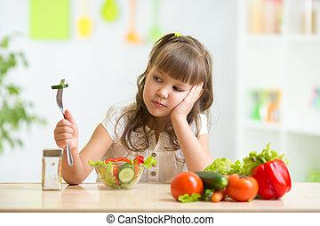 enfant, regarde, dégoût, nourriture