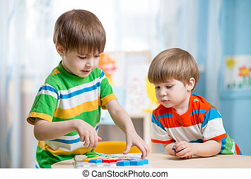 Tisch, spielen, Kinder, Brüder, zusammen