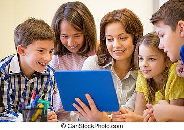 Grupo, de, crianças, com, professor, e, tabuleta, PC,...