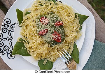 Tagliatelle with spinach, tomatoes and cheese