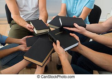 Grupo, de, pessoas, segurando, santissimo, bíblia,