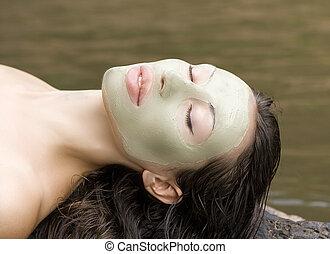 mujer, con, arcilla, facial, máscara, en, belleza,...