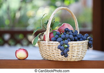 Grapes and apples - Tasty grapes and apples in the basket