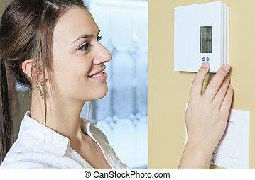 Conjunto, mujer, casa, termostato