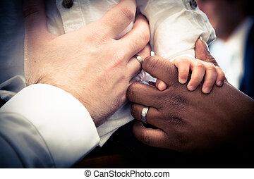 mains, de, interracial, couple, à, enfant,