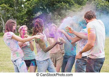 amigos, teniendo, diversión, con, polvo, Pintura,