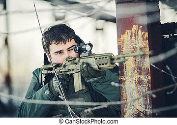soldado, segurando, Um, arma, e, tomar, objetivo, em, a,...