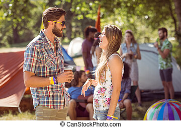 hipster, amigos, Charlar, en, campsite, ,