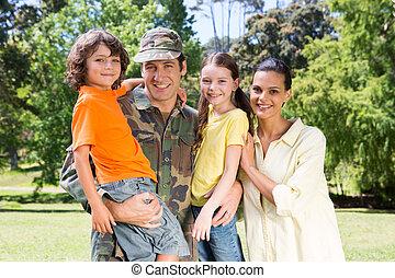 soldado, reunido, con, familia,