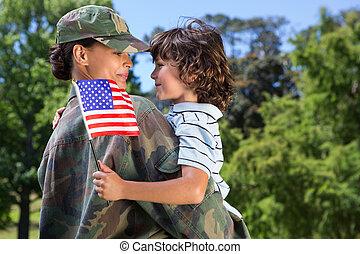 soldado, reunido, con, ella, hijo,