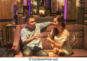 Romantico, coppia, loro, vino, cena, mani, durante, tostare, occhiali