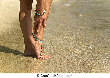 mujer, Posar, con, pulseras, en, Surfeo, ondas,