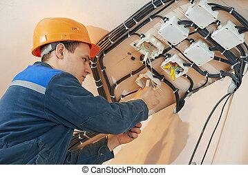 electricista, trabaja, con, eléctrico, red,