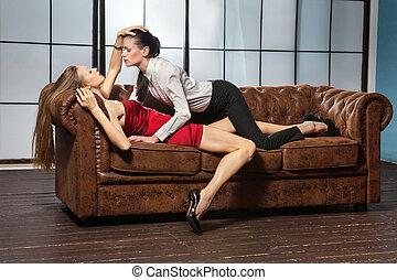 bonito, Lésbica, flertar, par, em, a, sofa.,