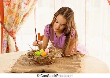 lindo, niña, Decorar, Pascua, huevos, en, cesta,