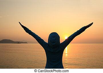 alegrando, mulher, abertos, braços, amanhecer