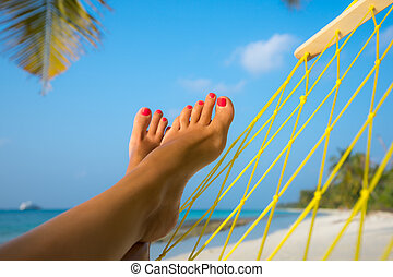 mulher, pés, em, Rede, ligado, a, praia,