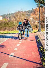 madre, enseñanza, hijo, a, paseo, Un, bicicleta, en,...