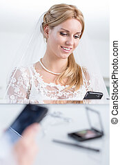 Bride writes a text message before the wedding - Beautiful...