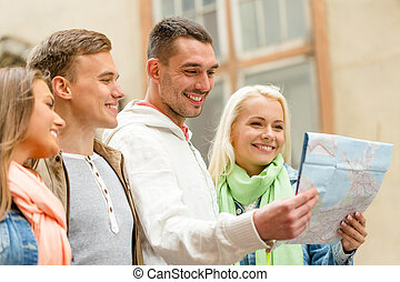 grupo, de, amigos, con, mapa, Explorar, ciudad,