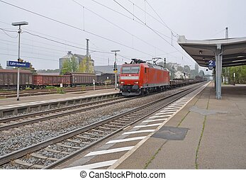 Lahr trainstation - freight train approaching the platform...