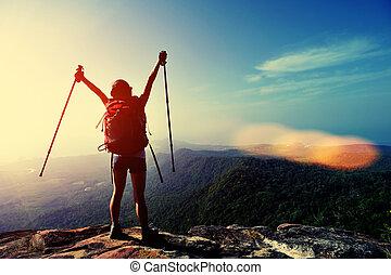 heering woman hiker open arms - heering woman hiker open...