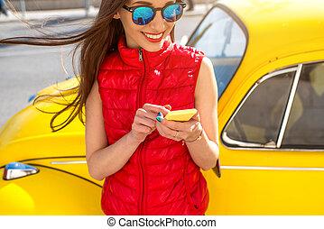 mujer, con, elegante, teléfono, cerca, amarillo,...
