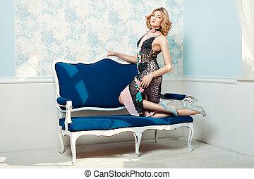 niña, posición, rodillas, en, el, couch.,