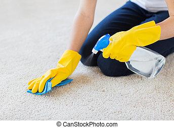 cierre, Arriba, de, mujer, con, tela, limpieza, alfombra,