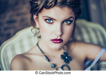 Fashion portrait of young woman - Beautiful young woman...
