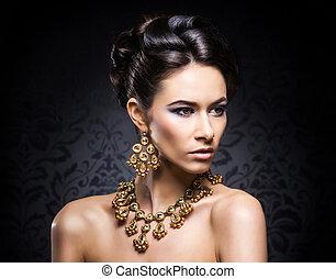 joven, hermoso, y, rico, mujer, en, Joyas, de, oro, y,...