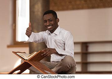 noir, africaine, musulman, homme, projection, pouces, haut,