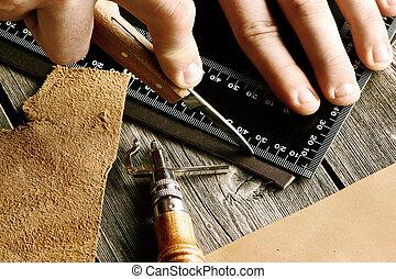 cuero, El hacer a mano, herramientas,