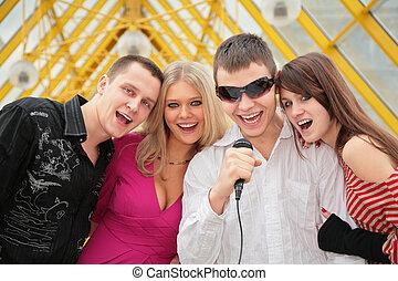 歩道橋, マイクロフォン, 歌いなさい, 若い, 人々