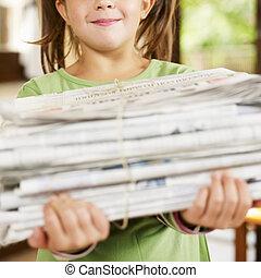 menina, reciclagem, jornais