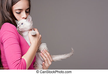 Brunette beauty with cute kitten - Portrait of a beautiful...
