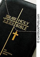 Um, dourado, crucifixos, topo, bíblia