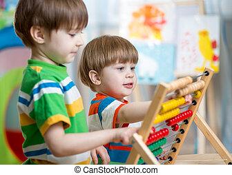 niños, juego, con, ábaco,