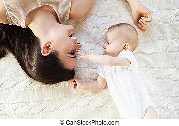 poco, bebé, niña, y, ella, madre,