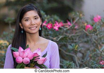 Asiatico, donna, presa a terra, Loto, fiori,