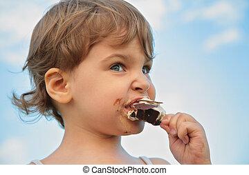 Child eats ice-cream