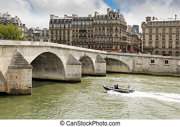 Seine. - Bridge Pont Royal and Seine river near by Louvre in...