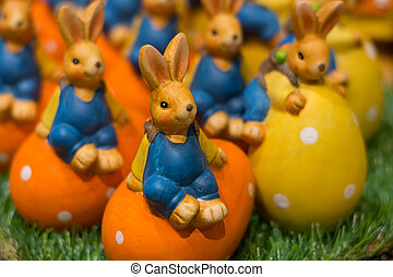 Easter bunny and Easter eggs - bunte Keramik-Osterhasen auf...