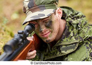 soldado, o, cazador, disparando, con, arma de fuego, en,...