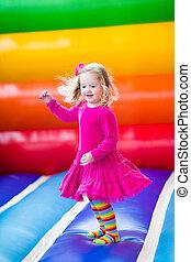 poco, niña, Saltar, y, bouncing, ,