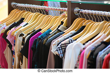 variedad, de, ropa, ahorcadura, en, estante, en, Boutique,
