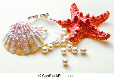 Pearls in seashell and seastar - Scattering white pearls in...