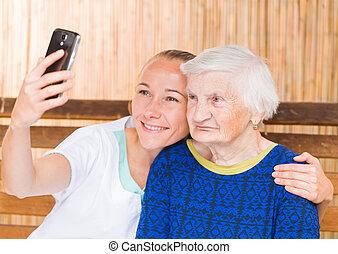 Idoso, mulher, com, caregiver,