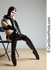 mulher, látex, sentando, cadeira